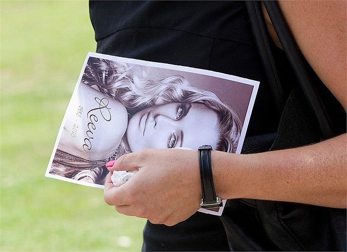Ảnh thương tiếc Reeva được bạn bè người thân cầm trên tay trong suốt đám tang.
