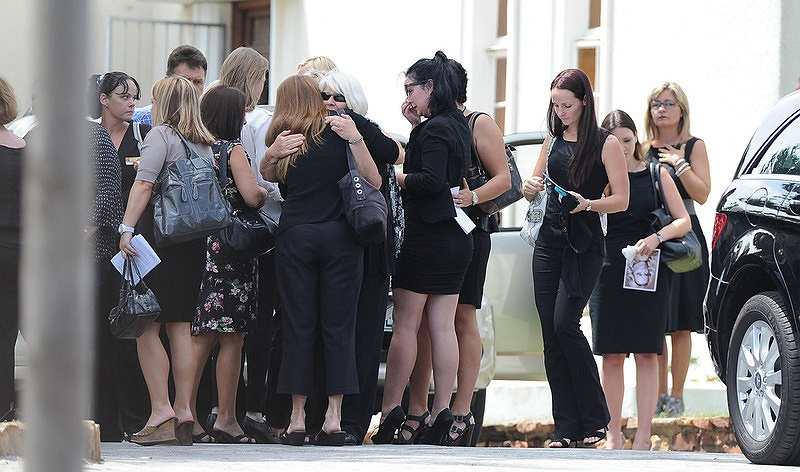 Rất đông người thân, bạn bè của Reeva có mặt tại đài hỏa táng Victoria để nhìn mặt Reeva lần cuối.