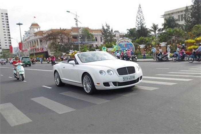 Bentley Continental GTC Speed hạ mui đón gió xuân.(Theo Vnexpress)