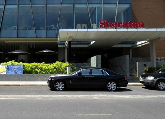 Mẫu siêu sang đỗ trước cửa khách sạn Sheraton Nha Trang.(Theo Vnexpress)