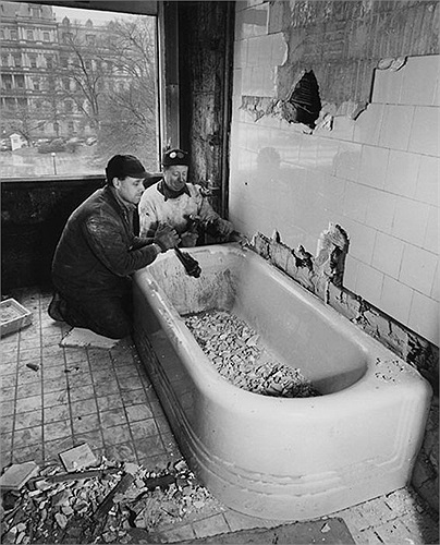 Tháo dỡ bồn tắm cũ bên trong Nhà Trắng năm 1950