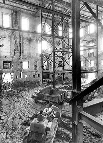 Giàn giáo bằng thép được lắp đặt bên trong tòa nhà