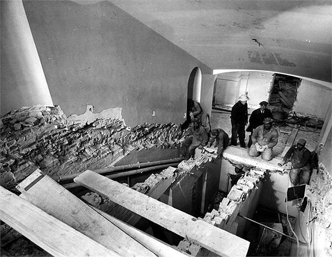 Cầu thang từ tầng hầm lên trên sảnh chính của Nhà Trắng