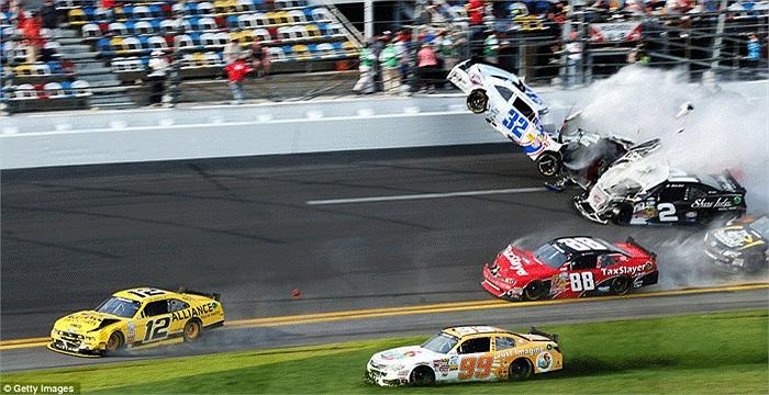 Xe của Kyle Larson và Regan Smith đã va vào nhau ở lượt chạy cuối cùng trong cuộc đua NASCAR Nationwide Series ở Daytona, Florida