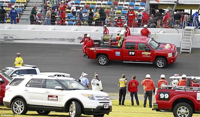 Hàng rào bảo vệ không đủ sức chống đỡ lực văng cực mạnh của những chiếc xe đua ở tốc độ cao