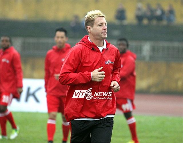 Dylan Kerr cho các cầu thủ XM Hải Phòng khởi động trước trận đấu.