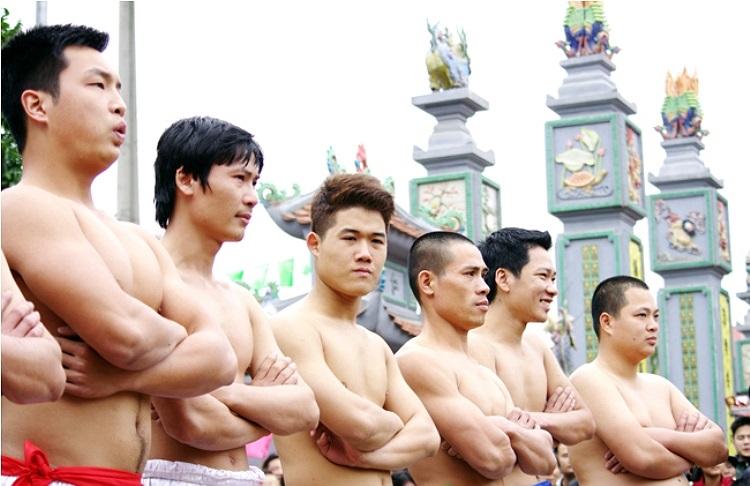 Cứ theo truyền thống, ngày mùng 6 Tết, trai làng Thúy Lĩnh lại tụ họp về sân đình sẵn sàng cho cuộc thử sức vật cầu. (Theo Thể thao & Văn hóa)