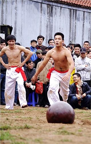 Sau khi nghe hiệu lệnh của trọng tài, những chàng trai lao vào trái cầu và bắt đầu thể hiện sức mạnh (Theo Thể thao & Văn hóa)