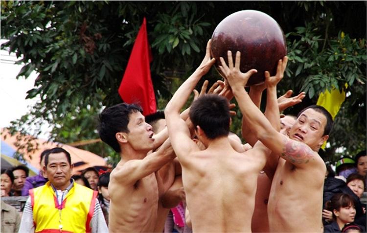 Trong nhiều trường hợp tranh cầu không được, quả cầu được nâng lên cao và chờ một cuộc tranh giành mới (Theo Thể thao & Văn hóa)