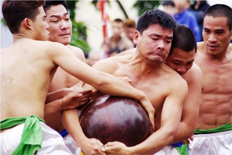 Những người đàn ông tráng kiện thường có ưu thế khi có thể ôm chặt quả cầu lao đi trong sự cản phá của đối phương (Theo Thể thao & Văn hóa)