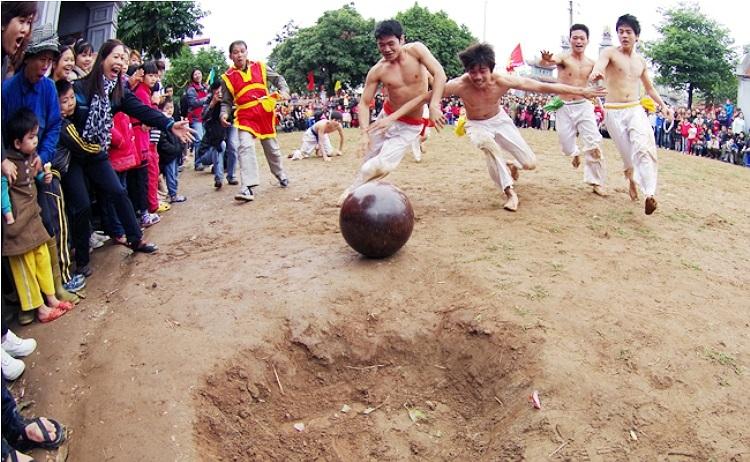 Có nhiều cách để các cầu thủ có thể đưa bóng vào hố ghi điểm. Có người chọn cách lăn bóng, ném bóng (Theo Thể thao & Văn hóa)