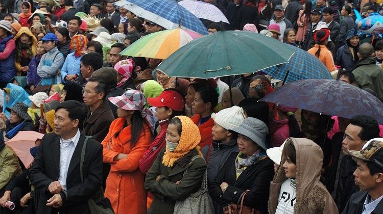 Mặc dù mưa rét, nhưng hội Lim vẫn thu hút sự quan tâm của đông đảo người dân thập phương