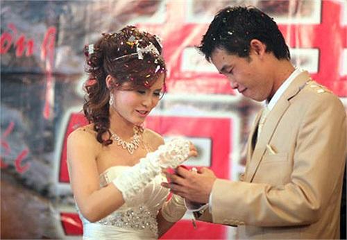 Nhưng cũng là một trong những đám cưới ầm ĩ nhất. Người ta trách Hiệp gà bỏ người vợ đã chịu chung nhiều khó khăn, hoạn nạn.