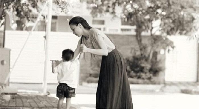 Bức ảnh đẹp khi Hồ Ngọc Hà dậy con trai Su Beo tập đi cách đây chưa lâu. Su Beo là kết quả của mối tình giữa Hà Hồ và đại gia Cường Đô la.