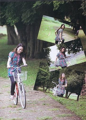 Mỹ Tâm trong chuyến về thăm làng cổ Đường Lâm - Hà Nội. Họa mi tóc nâu hồn nhiên đạp xe như thuở đôi mươi.
