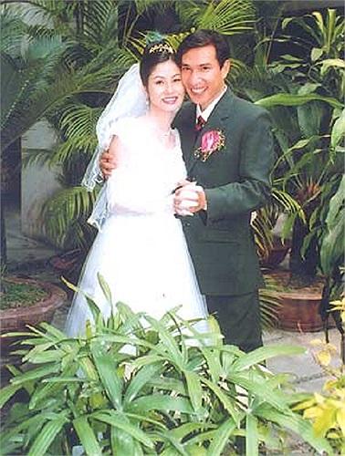 Nghệ sĩ hài Quang Thắng khoe ảnh cưới từ ngày xưa. Được biết vợ Quang Thắng là giáo viên mẫu non, rất chiều chồng và đã sinh cho anh 3 nhóc tì xinh xắn.