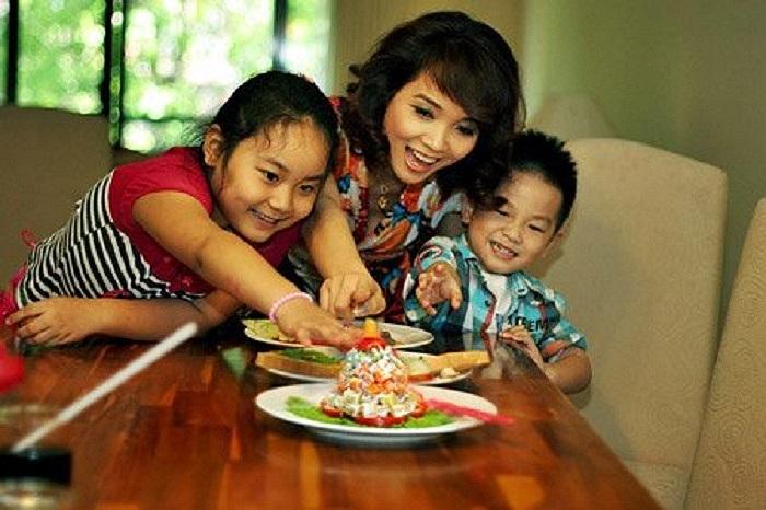 Ba mẹ con diễn viên Thu Huyền. Bên cạnh công việc kinh doanh thuận lợi, nữ diễn viên còn có một cuộc sống gia đình hạnh phúc viên mãn.