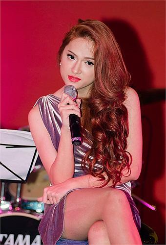 Cô được khán giả đặc biệt chú ý và yêu thương. Nói như Quang Dũng thì sự yêu thương này còn tạo nên những áp lực cho Hương Giang tại cuộc thi.