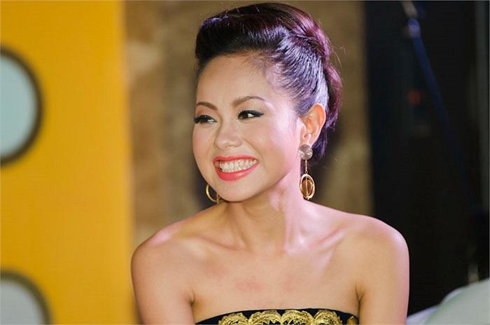 Hoàng Quyên khoe nụ cười rạng rỡ. Buổi biểu diễn đêm qua, Hoàng Quyên biểu diễn tự tin và thành công.