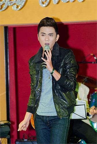 Thanh Tùng cũng khoe giọng với những bản tình ca. Anh chàng còn song ca với Thảo My khá tình tứ.