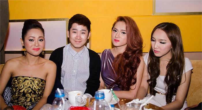 Ba người đẹp cùng MC Tuấn Hải.