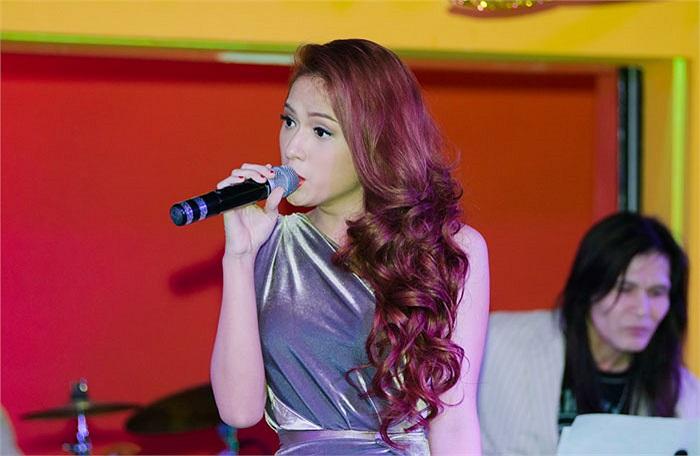Bước ra từ Idol, Giang là một trong những thí sinh có sản phẩm đầu tiên. Sự kết hợp với người tình tin đồn Hồng Phước trong singel Mùa ta đã yêu được đánh giá là trẻ trung và đáng yêu.