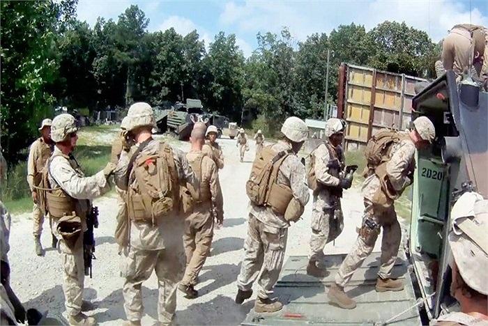 Chỉ có một lối ra vào duy nhất, các binh sĩ lính thủy đánh bộ phải xếp hàng trước khi sắp xếp chỗ ngồi bên trong AAV