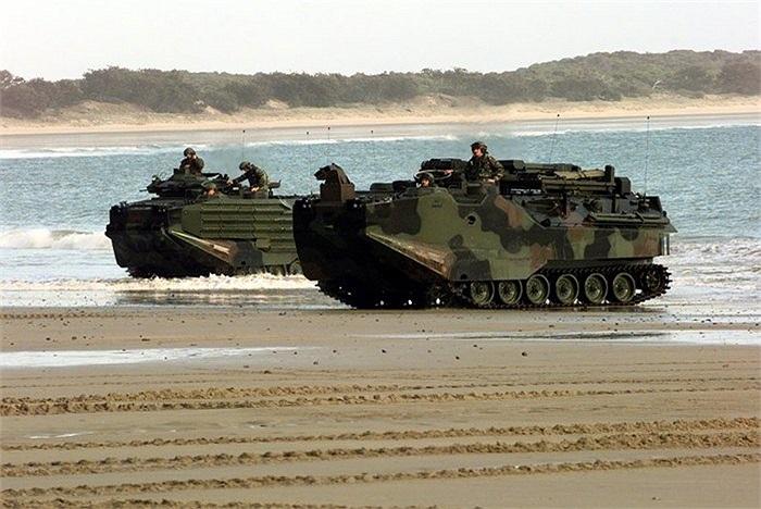 Khi cập bờ, tổ lái xe thông báo cho các binh sĩ phía sau khoang chuẩn bị