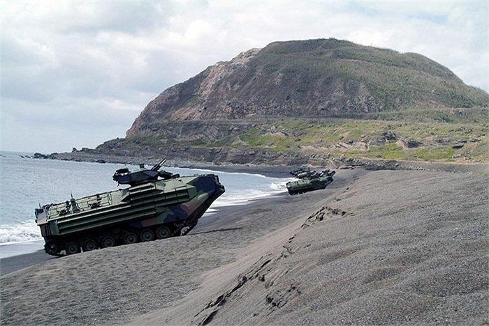 AAV được trang bị các loại vũ khí để tự vệ trên bãi biển, thậm chí tấn công vào đất liền