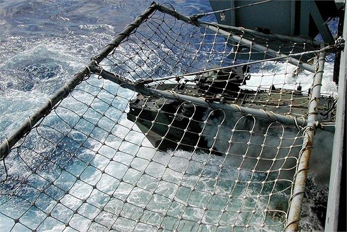 Khi hiệu lệnh, cỗ máy 30 tấn lập tức phóng ra khỏi đuôi tàu đổ bộ