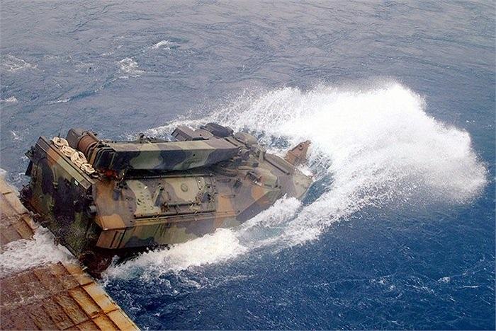 Khi nó lao xuống nước, các binh sĩ bên trong sẽ phải chịu cú sốc cực lớn do va chạm