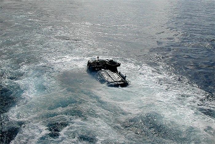 Tuy nhiên, sau đó, chiếc xe lao rất êm trên mặt nước, hướng thẳng vào bờ