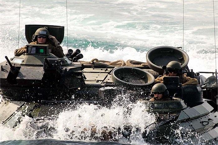 Trong toàn bộ những người trên xe, chỉ có 3 binh sĩ có khả năng quan sát được bên ngoài