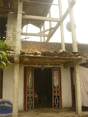 Nhà không có móng mà chỉ chống bằng những chiếc cột
