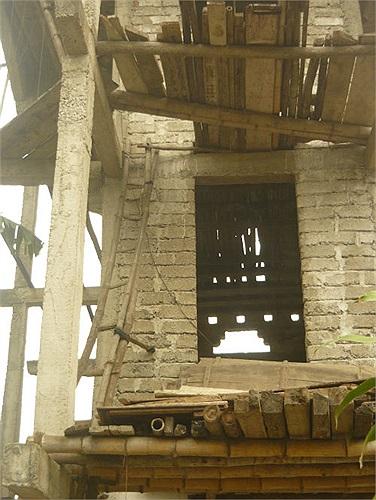 Chủ nhân ngôi nhà cho biết đã xây nó một mình từ 24 năm nay