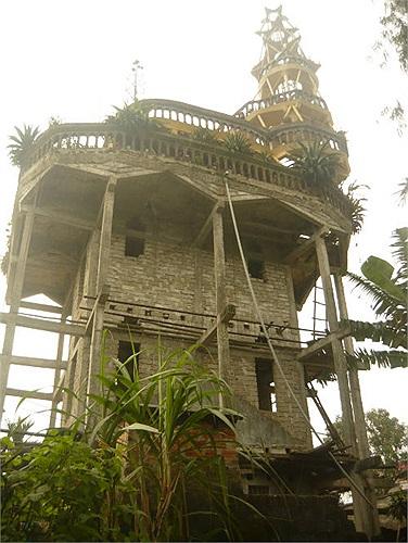 Ngôi nhà gồm 4 tầng lớn và 1 hình chóp phía trên có 5 tầng nhỏ
