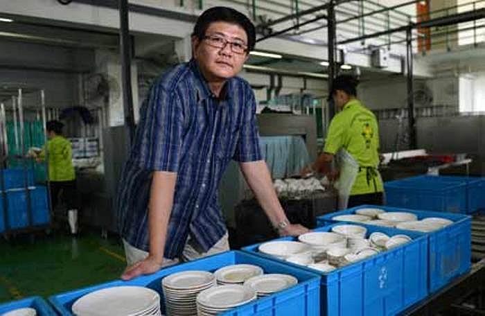 Ông Lawrence Low bán căn hộ ở khu đô thị Pasir Ris (Singapore) với giá 1,1 triệu Đôla Sing để mua 3 máy rửa bát thương mại. Mỗi máy sản xuất tại Đức có giá 120.000 USD