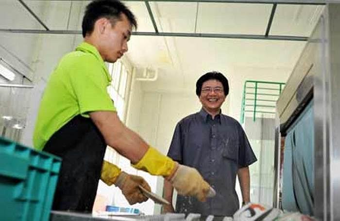 Ngoài ra, ông chi 150.000 Đôla Sing để mở nhà máy chuyên rửa bát với số lượng lớn. Có 6 nhân công thường xuyên làm việc tại đây.