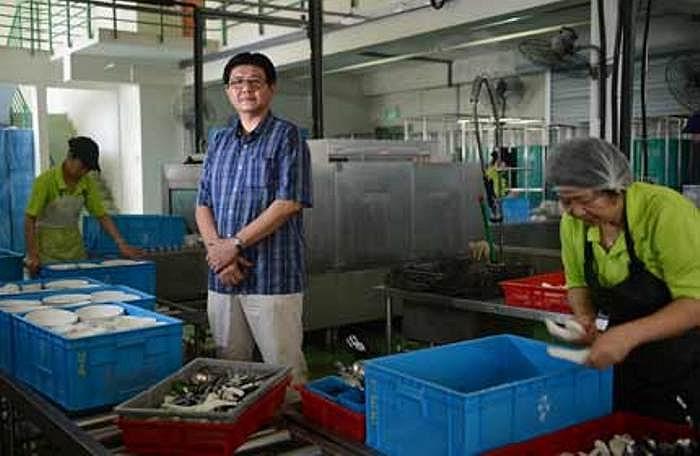 Theo bản hợp đồng đầu tiên, cơ sở của ông phải nhận rửa 25.000 bát, đĩa/ngày trong vòng 3 năm. Nhưng ông đã nhanh chóng phải chấp nhận từ bỏ vì không thể đảm đương nổi.