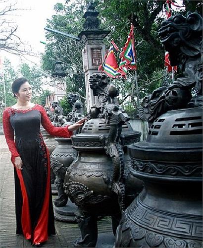 Trong chuyến du xuân về làng quê Nam Định, Lý Nhã Kỳ đã thực hiện bộ ảnh áo dài kín đáo nhưng vẫn hết sức gợi cảm.
