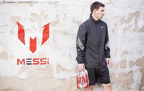 Messi khoe đôi giày được thiết kế cho riêng anh