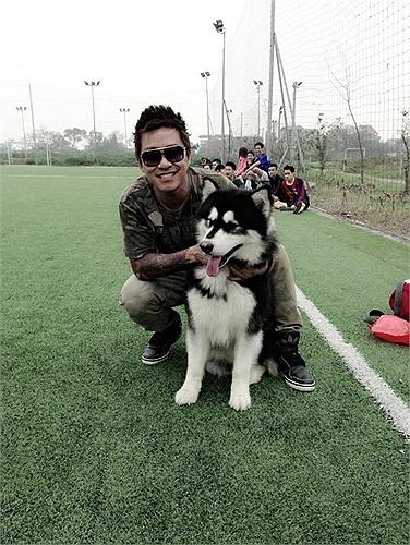 Ca sĩ Tuấn Hưng bên chú chó rất đẹp trên sân bóng. Tuấn Hưng là một trong những nghệ sĩ có niềm yêu thích lớn với túc cầu giáo.