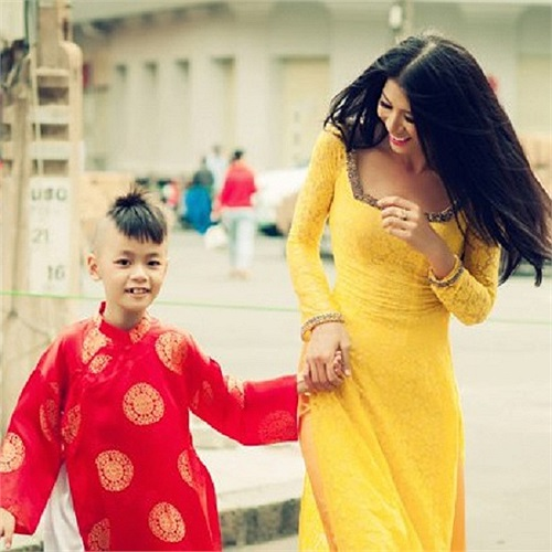 Những ngày đầu năm, siêu mẫu Trang Trần đã tích cực chụp khá nhiều bộ ảnh đẹp và ấn tượng. Cậu bé trong ảnh chính là con nuôi của siêu mẫu này.