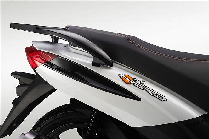 Xe sử dụng động cơ 4 kỳ, làm mát bằng dung dịch, có dung tích 125 cm3 cho công suất 13 mã lực