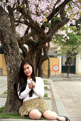 Những thiếu nữ Hà Thành xúng xính với váy áo khoe sắc giữa con đường hoa ban tím thơ mộng