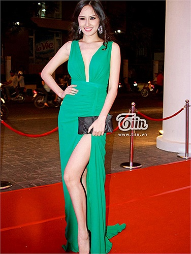 Hoa hậu luôn nổi bật tại các sự kiện với chiều cao khủng và đặc biệt là đôi chân nuột nà, dài miên man.