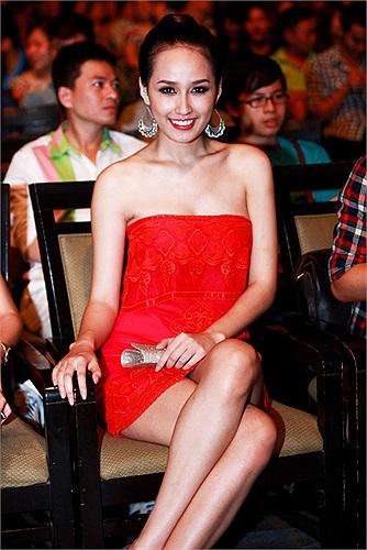 Đầm dài hay váy ngắn kiều nữ này cũng tận dụng triệt để khoe khéo đôi chân thon xinh.