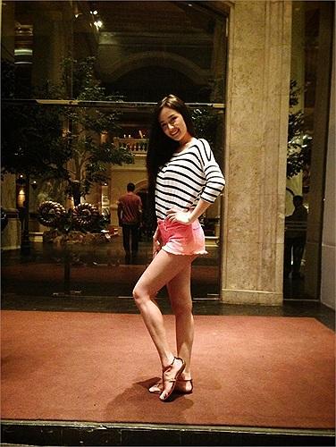Trong trang phục đời thường, cô Hoa hậu yêu thích những chiếc quần soóc ngắn khoe chân thon.