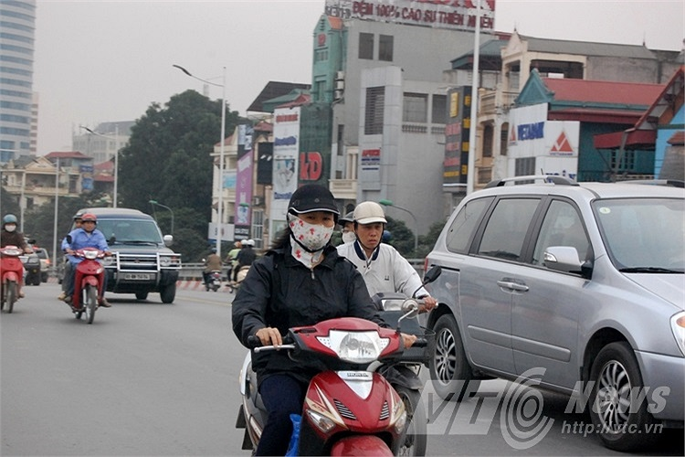 Rất nhiều người dân sử dụng mũ bảo hiểm không đảm bảo chất lượng khi tham gia giao thông.