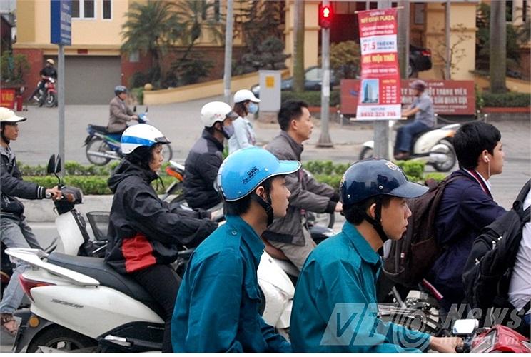 Cận cảnh những chiếc mũ bảo hiểm không đạt tiêu chuẩn.